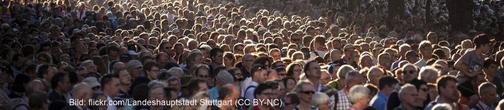 Menschenmenge auf dem 35. Deutschen Evangelischen Kirchentag in Stuttgar. (Bild: flickr.com/Landeshauptstadt Stuttgart, CC BY-NC)