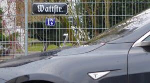 Ein Tesla Model S in der Wattstraße