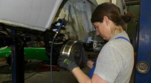 Jana montiert die neue Hinterradbremse an ihrem Elektrocamper.
