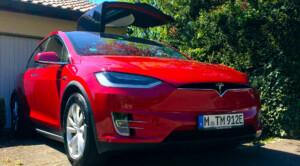 Das Tesla Model X passt kaum auf Janas Parkplatz.