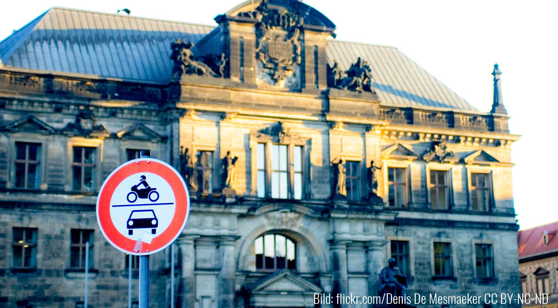Ein Verbotsschild für Autos und Motorräder in Dresden. Bild: flick.com/Denis De Mesmaeker CC BY-NC-ND)