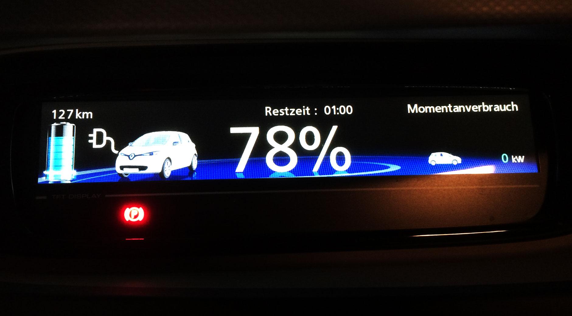 Die Anzeige einer Renault ZOE während des Ladens.