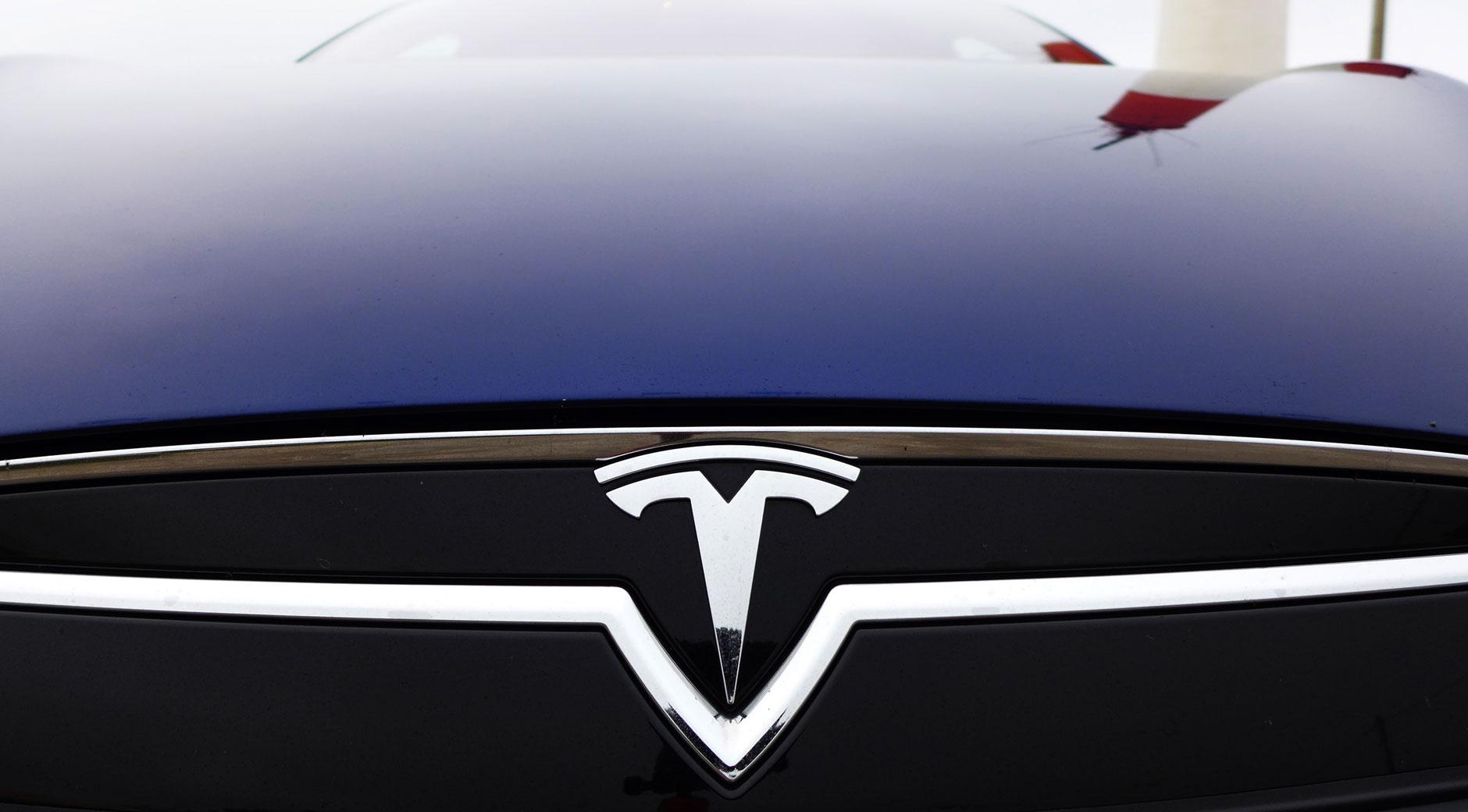 Das Tesla Logo an der Front eines Model S (Bild: © Jana Höffner).