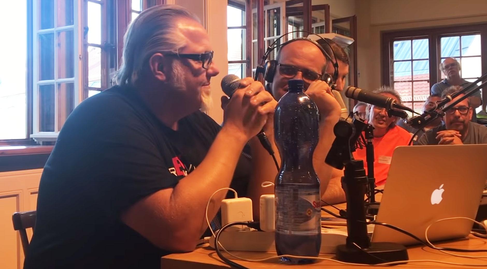 Bei der Auzeichnung des Podcasts mit Ove Kröger von T&T Tesla (Bild: youtube/voccmoccer)