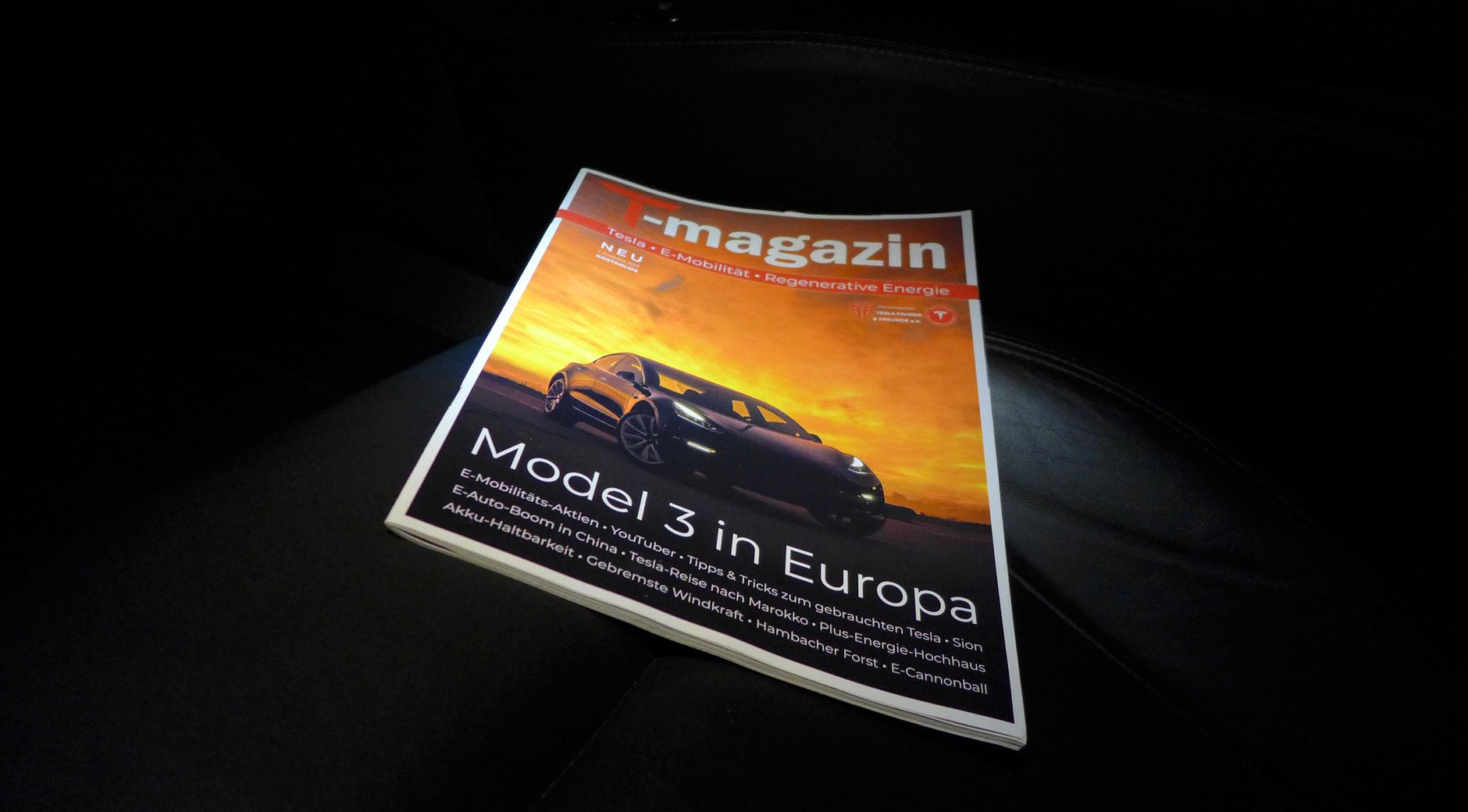 Das T-magazin liegt auf dem Beifahrersitz eines Tesla Model S (Bild: © Electrify-BW e.V.)