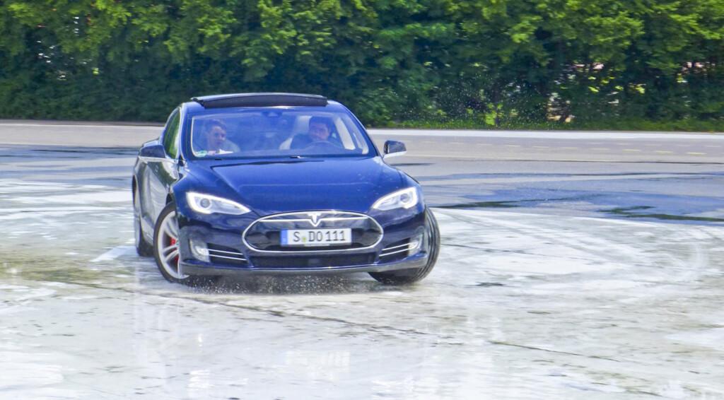 Ein Tesla Model S beim Fahrsicherheitstraining (Bild: © Electrify-BW)