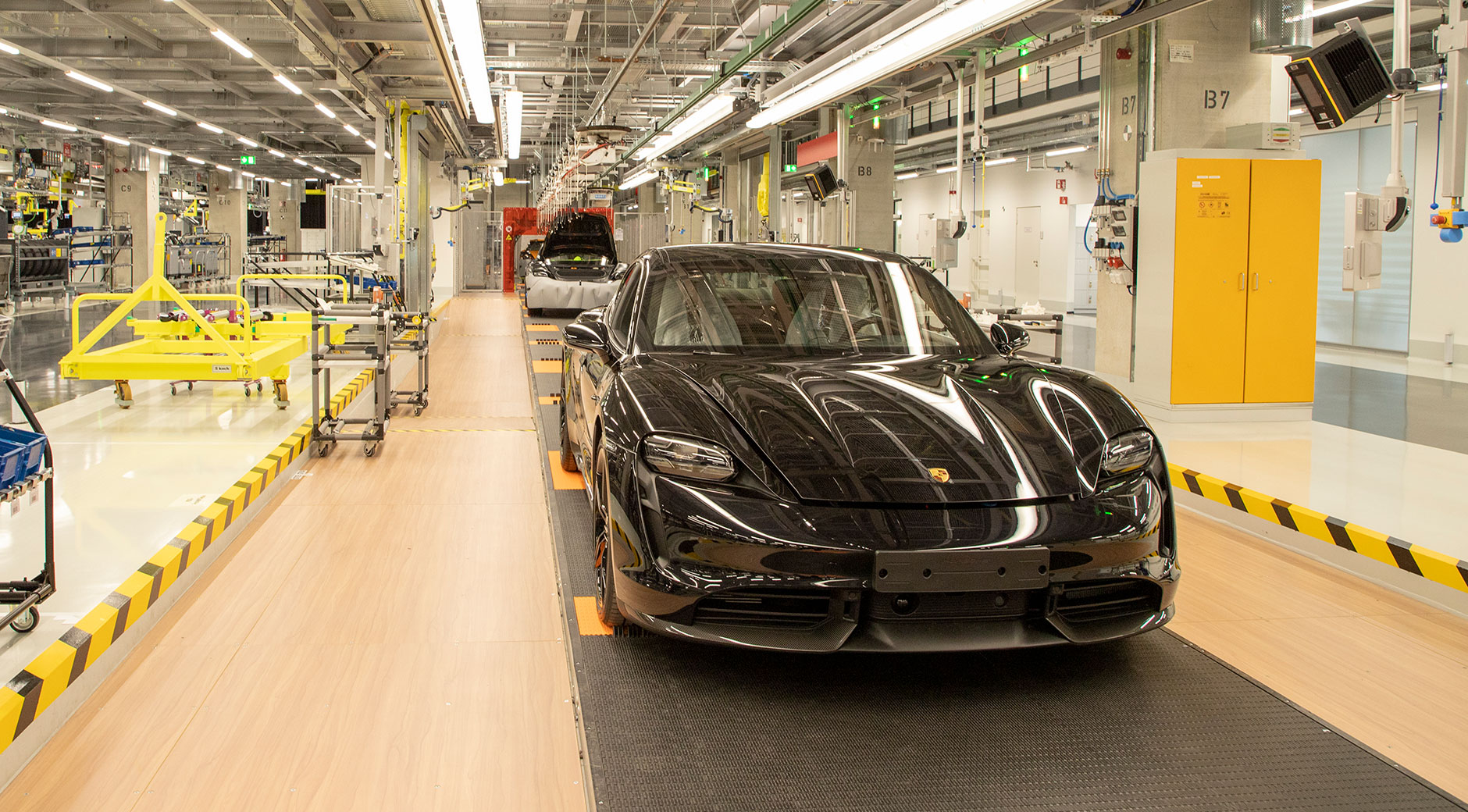 Ein fertig montierter Porsche Taycan steht im neuen Porsche-Werk in Zuffenhausen in der Endabnahme.